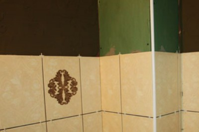 Кафель приклеивают к водостойкому гипсокартону