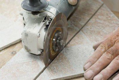 Болгарку используют для прирезки кафеля