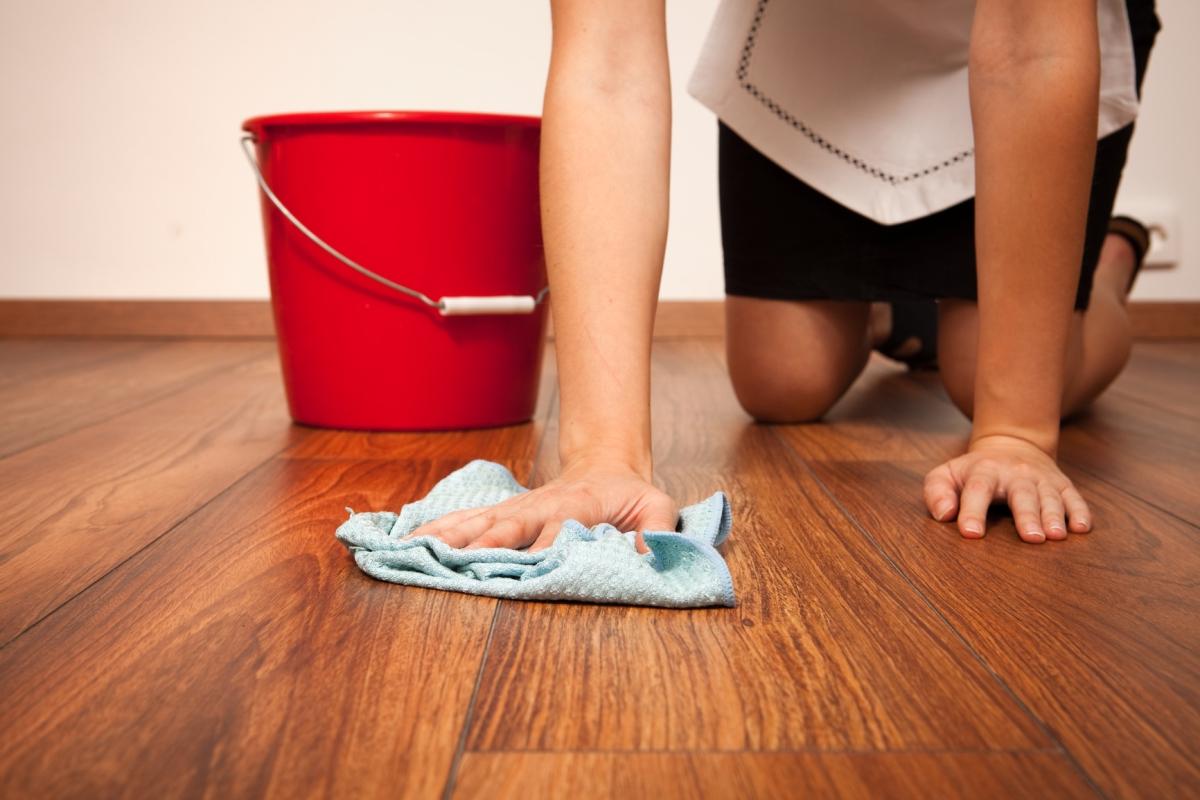 массивная доска - влажная уборка