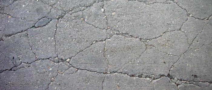 8. staryj betonnyj pol