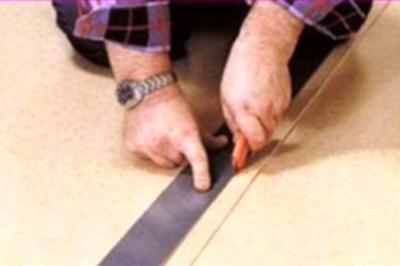 Раскрой линолеума выполняют с помощью ножа и линейки