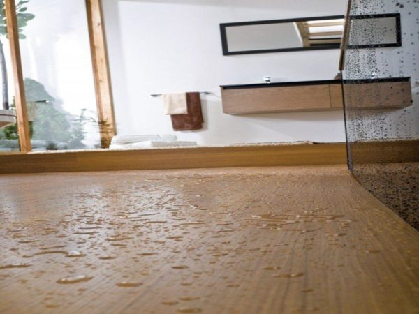 Вода на пробковом полу