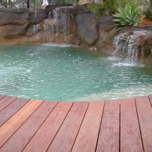 Имитация природного водопада на каменных склонах