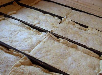 Укладка теплоизоляционного материала между лагами