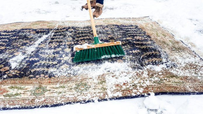 Чистка ковра снегом