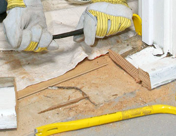 Демонтировать старый порог можно при помощи лома и гвоздодера