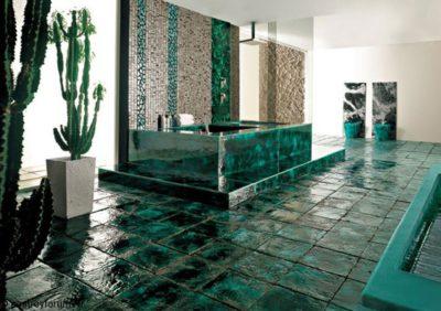 Кафельная плитка, имитирующая малахит, использованная для облицовки ванной комнаты