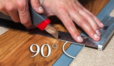 Разрезают гибкий ламинат строительным ножом