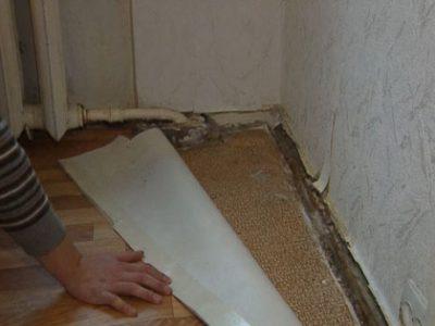 Поверхность под старым линолеумом должна быть тщательно очищена
