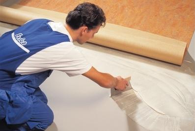 Равномерное нанесение клея под линолеум повышает долговечность и улучшает внешний вид готового покрытия