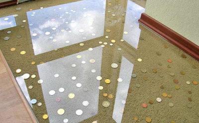 Монеты под прозрачным полиуретановым полом
