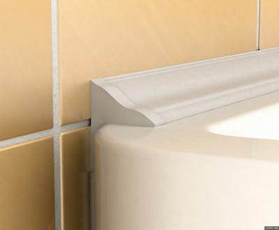 Керамический плинтус маскирует стык ванны со стеной