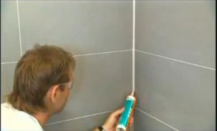 Нанесение герметика в угловые швы