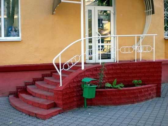 Крыльцо из тротуарной плитки с элементами ограждения