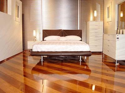 Укладка ламината по диагонали визуально расширяет небольшое пространство комнаты