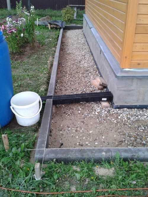 Монтаж садовых бордюров