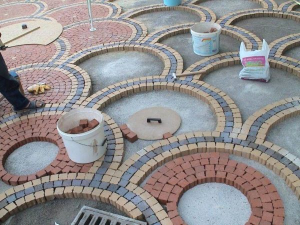 Мощение участка сложной формы тротуарной плиткой