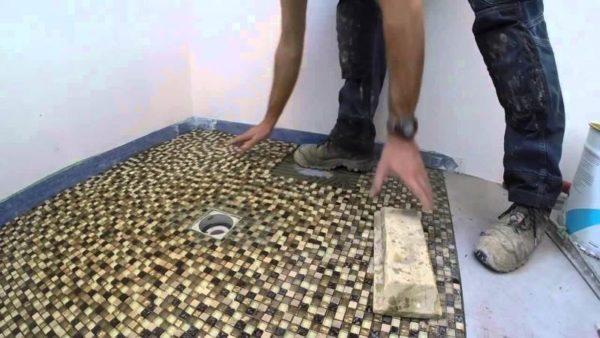 Облицовка пола стеклянной мозаикой