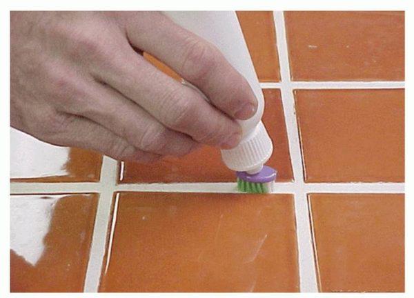 Обработка швов плитки