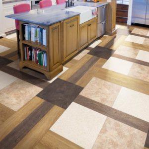 Сочетание текстур и контрастных цветов кварц-виниловой плитки