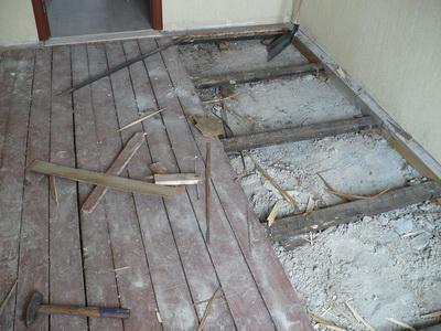 Перед укладкой плитки трухлявые и сгнившие доски необходимо удалить