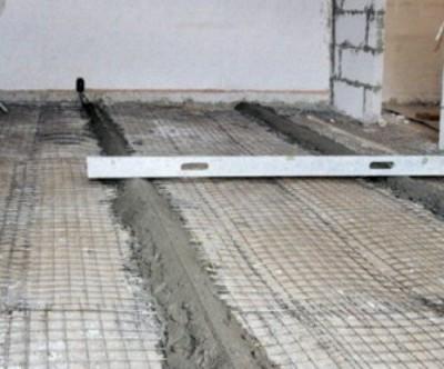 Традиционное основание для керамической плитки - цементную стяжку - можно сделать даже на деревянном полу