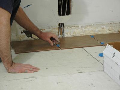 При укладке плитки на ГВЛ воспользуйтесь специальным клеем, который подходит для гипсокартона
