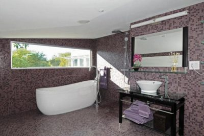 Мозаичные стены и пол в ванной комнате