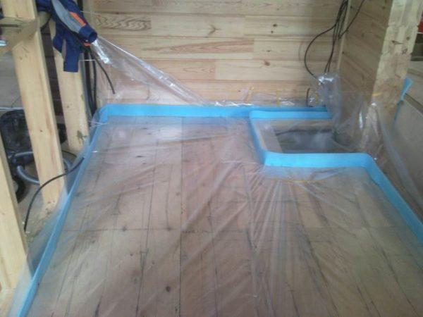 Подготовка деревянного основания перед заливкой самонивелирующейся смеси