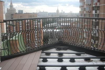 Террасная доска укладывается на лаги, поэтому не нагружает конструкцию балкона