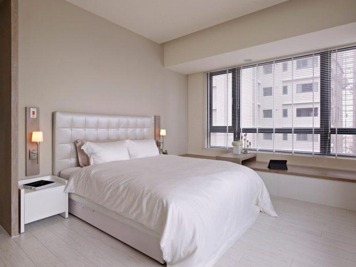 Светлая спальня с белым ламинатом