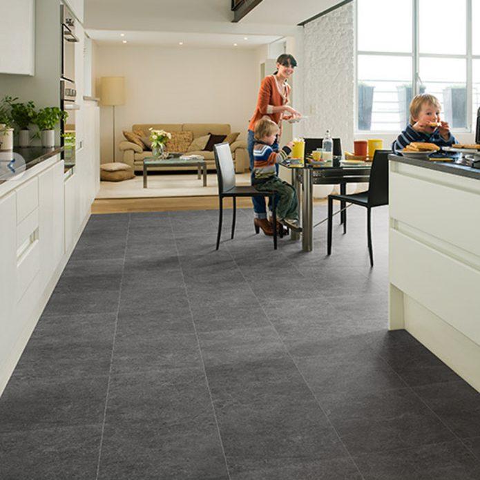 Серый ламинат, имитирующий кафельную плитку, на полу кухни
