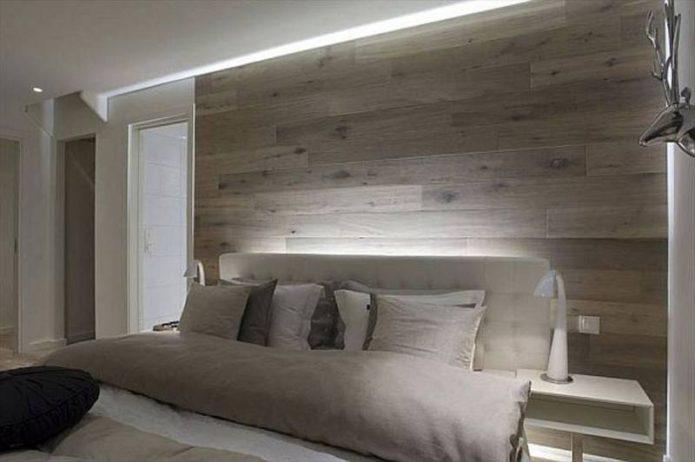 Серый ламинат у изголовья кровати в спальне