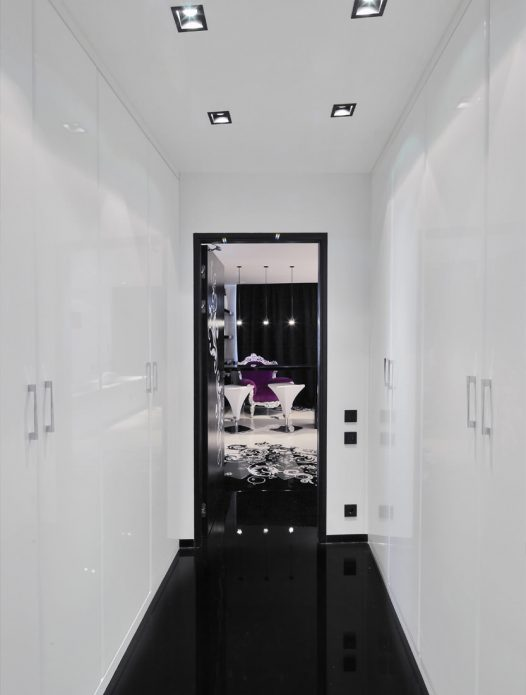 Дизайн узкого коридора в черно-белых тонах с глянцевым ламинатом