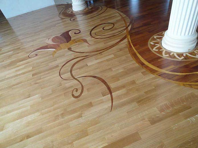 Бордюр из художественного ламината на полу в комнате с колоннами