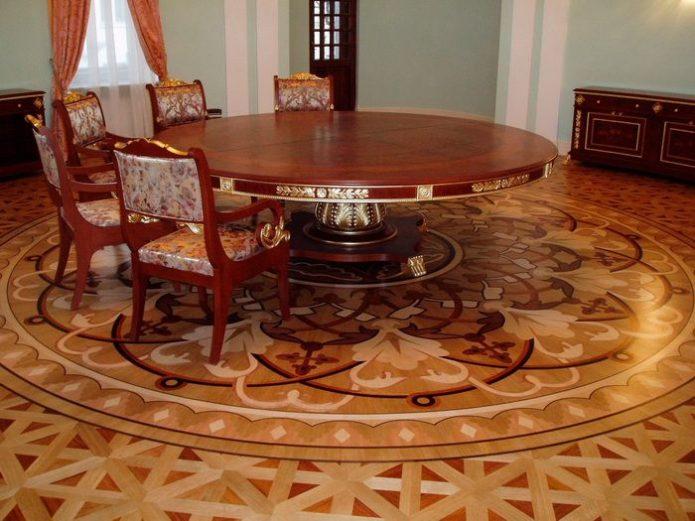 Розетка из художественного ламината на полу в столовой зоне