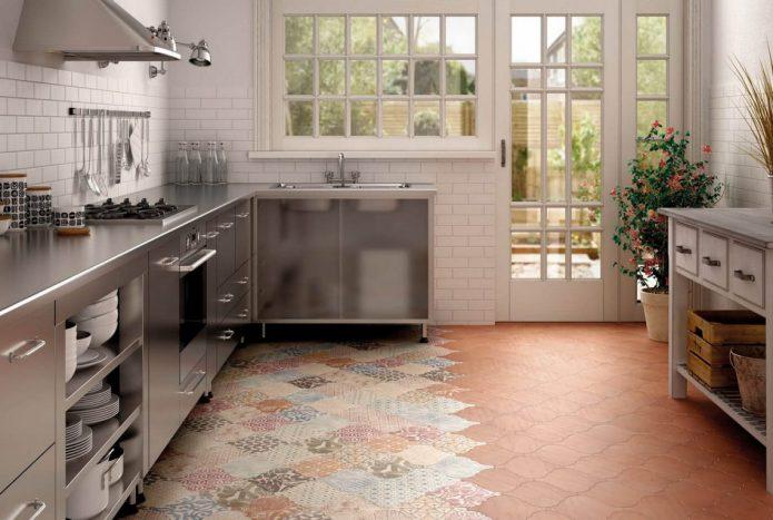 Фигурная напольная плитка разных цветов на кухне