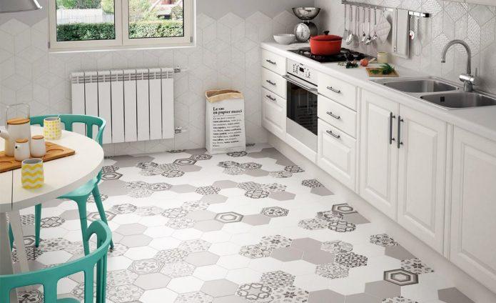 Шестигранная плитка разных цветов на кухне