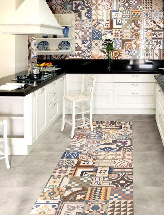 Разноцветная керамическая плитка на кухне