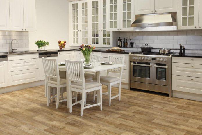 Кухня с деревянным полом и белым гарнитуром