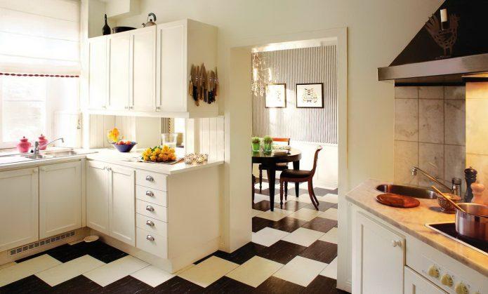 Чёрно-белая напольная плитка на кухне