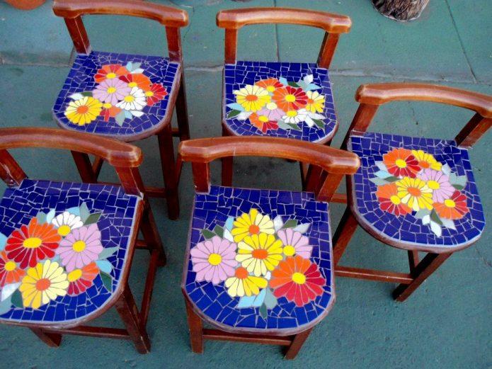 стулья с плиточной мозаикой