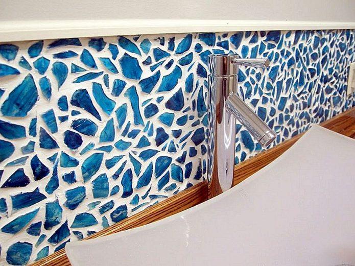 Мозаичные стены в ванной комнате