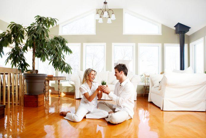 Мужчина и женщина в белой одежде сидят на полу