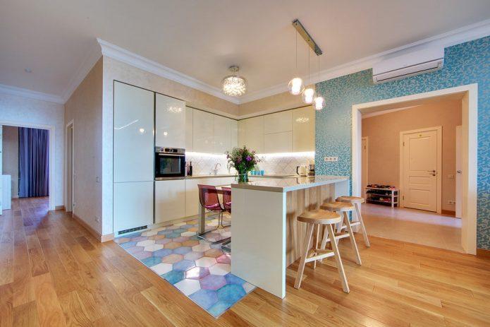 Комбинирование плитки пастельных тонов и древесного ламина в кухне-гостиной