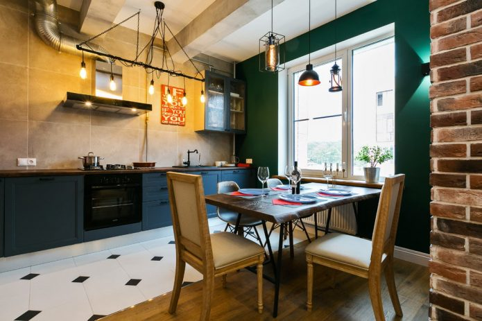 Комбинирование черно-белой плитки и древесного ламината на кухне