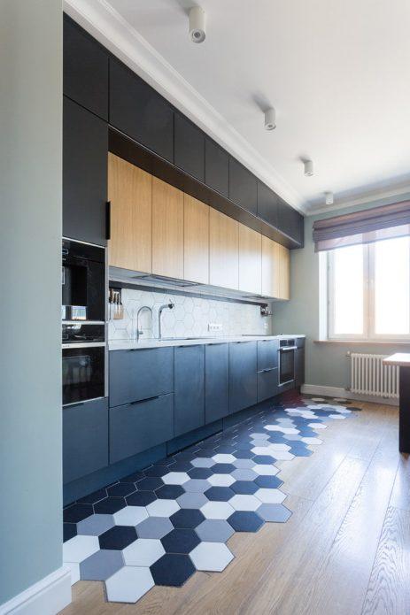 Комбинирование шестигранной черно-белой плитки и древесного ламината на кухне