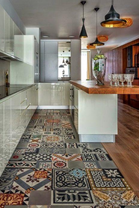 Комбинирование плитки с орнаментом и древесного ламината на кухне
