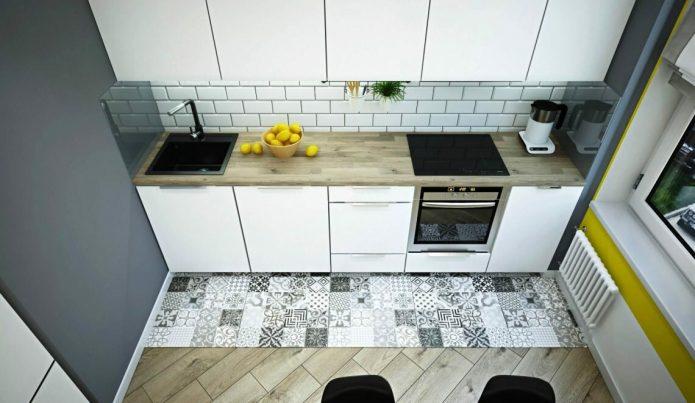 Комбинирование плитки с черно-белым рисунком и светлого ламината в небольшой кухне