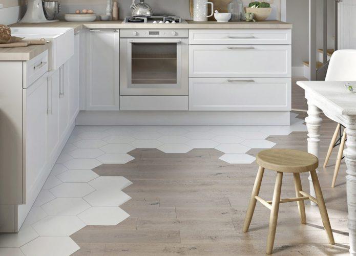 Вариант комбинированного пола из плитки и ламината светлых тонов на кухне
